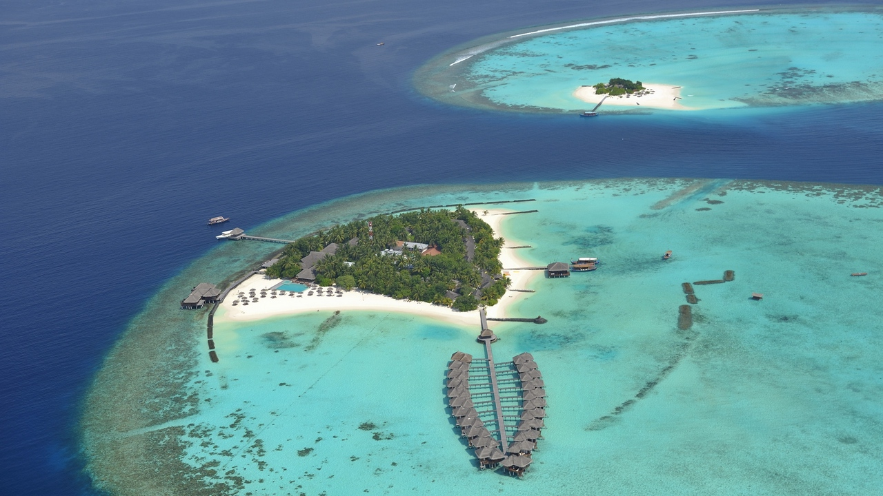 Preview wallpaper azure, bank, design, from above, huts, islands, ocean, palm trees, registration, resort