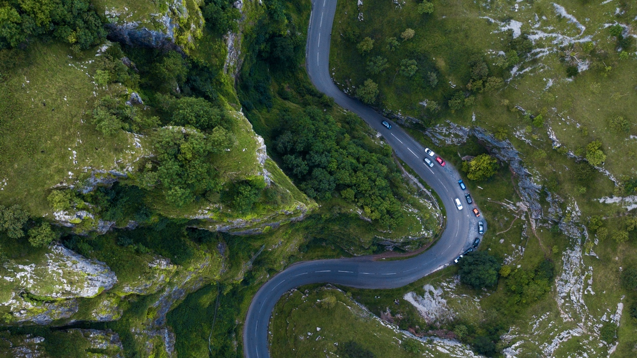 winding mountains united kingdom cars cheddar top view road